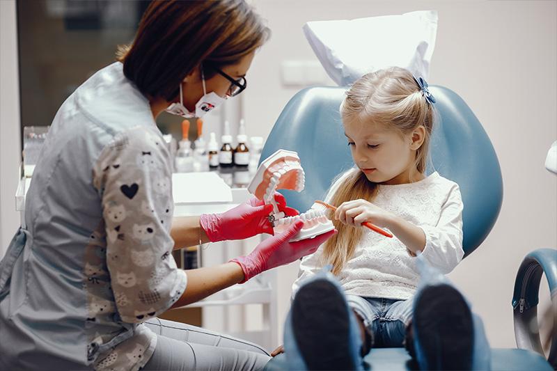 Prima vizită la dentist a copilului